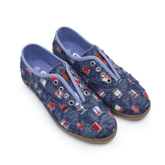 Giày sneaker nữ Sutumi O002 - xanh đậm giá 450.000 đồng; kích thước 35, 36, 37, 38, 40; chất liệu mặt ngoài bằng vải, lót trong bằng EVA êm ái, đế cao su; thiết kế ôm chân, đế nhẹ, bám tốt, chịu mài mòn cao. Sản phẩm thiết kế ôm chân, gọn nhẹ cùng phần đế ngoài cao su thiên nhiên, nhẹ bám tốt, chịu mài mòn cao giúp bạn nữ thêm phần năng động, nữ tính. Với thiết kế tối giản, giày thích hợp mang cùng mọi loại trang phục khi đi học, đi chơi, dạo phố.
