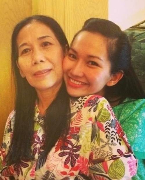 Kim Hiền (phải) và mẹ.