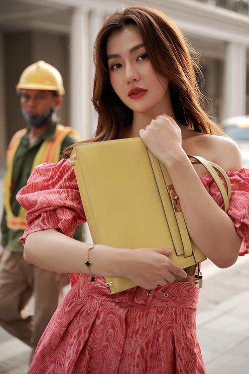 Set đồ trở nên rực rỡ hơn khi được cô kết hợp với túi Hermes Kelly màu nổi.