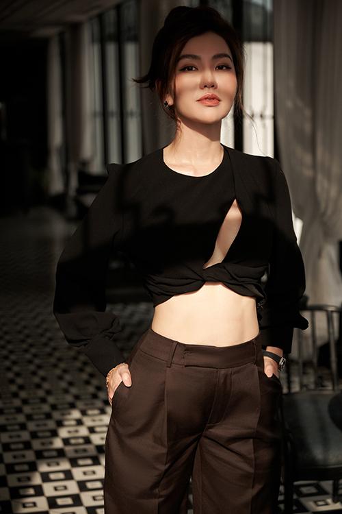 Chiếc quần âu tối màu trở nên cuốn hút, quyến rũ hơn khi được kết hợp với áo croptop cắt khoét. Đường cut-out vắt chéo ngực giúp phô diễn được vẻ gợi cảm của vòng một gợi cảm.
