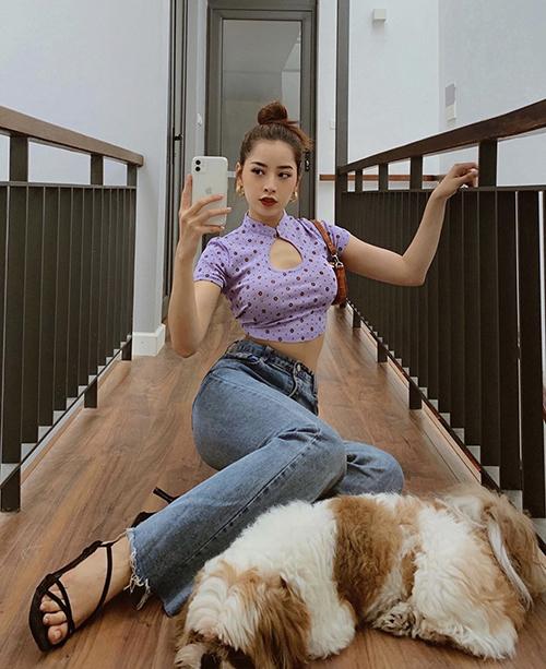 Áo crop-top cổ tàu, khoét ngực độc đáo được Chi Pu sử dụng cùng quần jeans lưng cao. Túi kẹp nách và sandal quai mảnh là phụ kiện ca sĩ chọn lựa để mix đồ.