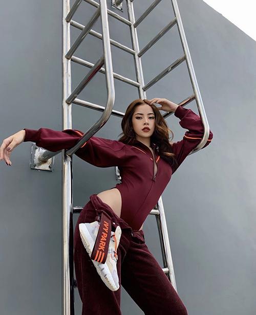 Trào lưu mặc quần bung khoá cũng được Chi Pu cập nhật để thể hiện độ sành điệu. Ca sĩ phối quần nhung cùng body suit để tạo nên sét đồ phá cách.