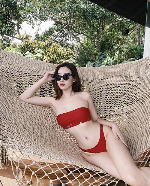Trong chuyến du lịch tại Phú Quốc, Đỗ Mỹ Linh cũng khiến fan ấn tượng bởi phong cách sexy, khác hẳn với nét dịu dàng nhu mì thường thấy.