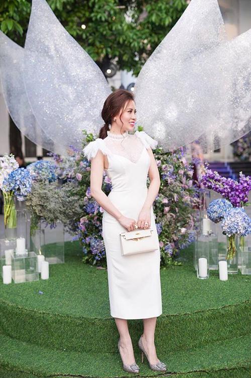 Ngọc Hương xách túi Hermes Kelly và đi giày Manolo Blahnik trong một lần dự đám cưới. Ngoài làm tiếp viên hàng không, bà xã của Thành Trung còn tích cực bán hàng trên mạng để gia tăng thu nhập.