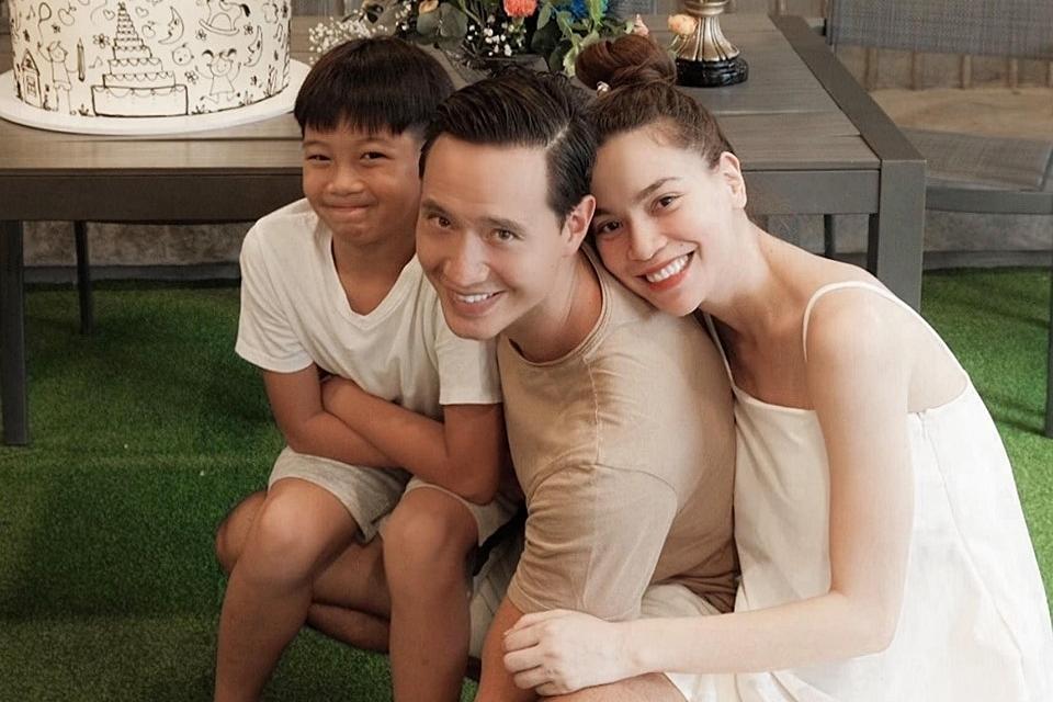 Subeo hai lần tổ chức sinh nhật tuổi lên 10 ở hai gia đình riêng của bố mẹ. Trong ảnh, cậu bé hạnh phúc đón tuổi mới bên mẹ Hồ Ngọc Hà và chú Kim Lý.