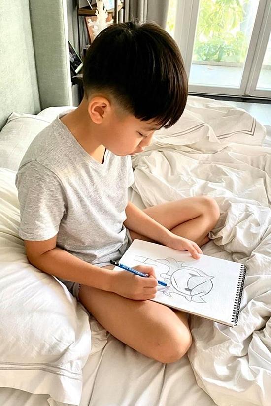 Subeo cũng thích vẽ, thường lên mạng tìm kiếm những bức ảnh chân dung của mẹ để vẽ lại. Với Hồ Ngọc Hà, mỗi sáng sớm thức dậy, thấy con miệt mài bên giấy bút là điều hạnh phúc của cuộc đời cô.