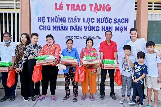Hồ Ngọc Hà đưa Subeo theo cùng trong các chuyến từ thiện. Cô quan niệm đây lànhững trải nghiệm cuộc sống cần thiết, giúp con trai biết giúp đỡ những hoàn cảnh kém may mắn.