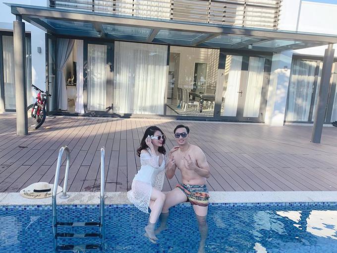 Thành Trung - Ngọc Hương cùng nhau đi du lịch khắp nơi, nghỉ tại những resort sang trọng.