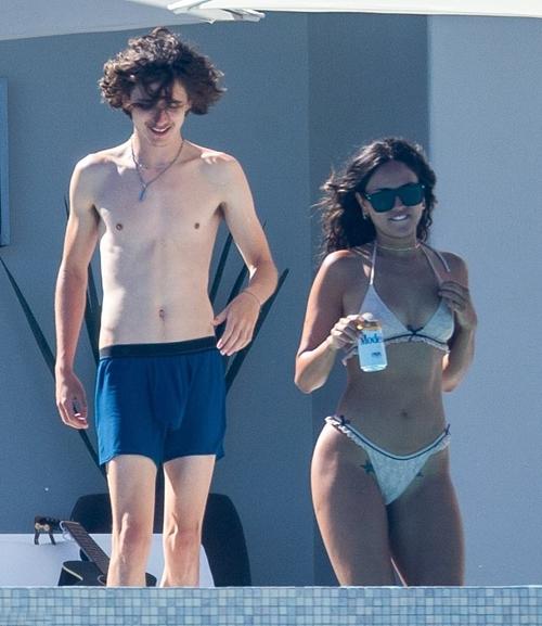 Timothee Chalamet 24 tuổi và Eiza Gonzalez 30 tuổi được trông thấy bên nhau tại một resort ở Cabo San Lucas, Mexico hôm 22/6.