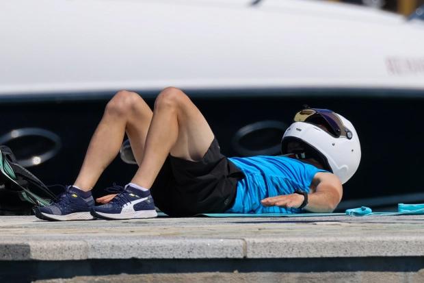 Chiếc mũ bảo hiểm có vẻ giúp Bottas chống nắng. Tay đua Mercedes và bạn gái tập các bài dành cho bụng, thay phiên tập và quay phim cho nhau.