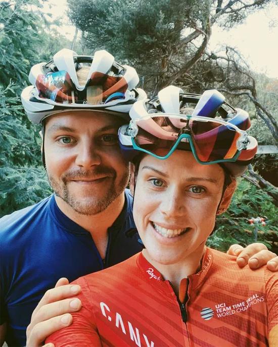 Bottas và bạn gái mới thỉnh thoảng đổi gió bằng việc đạp xe quanh đảo. Cuarơ Australia ca ngợi anh là người luôn khiến cô cười.