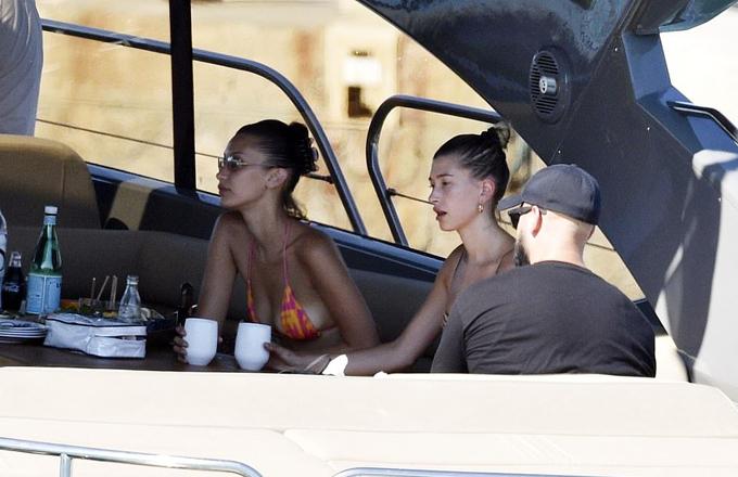 Để đảm bảo an toàn, Justin đã thuê phi cơ riêng cho vợ và Bella tới Italy - nơi từng là tâm dịch của châu Âu những tháng qua.