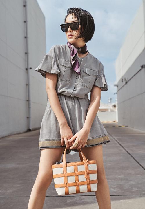 'Effortlessly Chic' là phong cách thời trang sành điệu, thanh lịch mà không cần gượng ép. Đây cũng là dòng chảy chung của xu hướng thời trang thế giới khi các thiết kế không khiến người mặc có cảm giác lên gân. Những trang phục này phù hợp với mẫu phụ nữ năng động, luôn tràn ngập năng lượng và không kém phần cá tính.