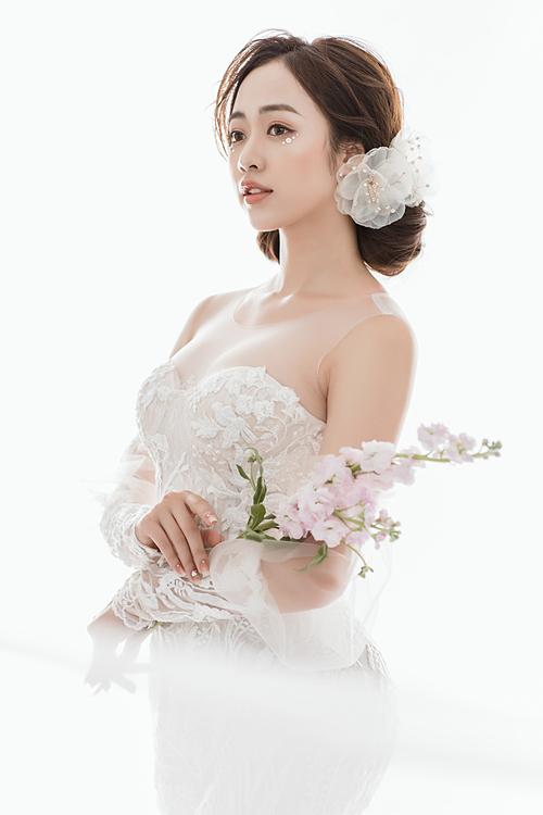 Bên thềm Triển lãm cưới Shining Love, chuyên gia trang điểm Kin Đoàn đem đến cho cô dâu nhiều lời khuyên hữu ích để tỏa sáng với phong cách trang điểm ấn tượng này. Trong đó, anh chú trọng tôn lên vẻ đẹp của làn da bằng lớp phấn nền trong suốt như sương mai.