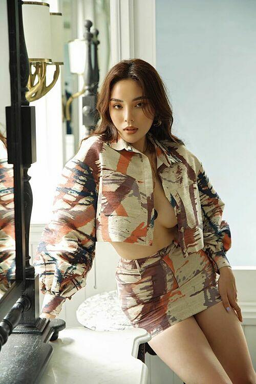 Hoa hậu Kỳ Duyên mặc gợi cảm lộ ngực trần lấp ló.