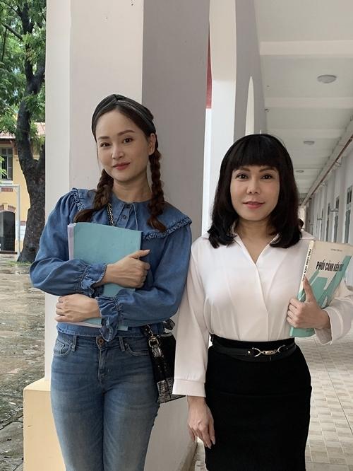 Yêu lại từ đầulà web drama do nghệ sĩ Việt Hương (phải) đầu tư sản xuất và đóng chính. Trong 15 năm sự nghiệp, Lan Phương gắn bó chủ yếu với sân khấu kịch và phim truyền hình, thỉnh thoảng góp mặt phim điện ảnh. Lần đầu thử sức với web drama, cô không thấy nhiều khác biệt. Bởi trong vai trò diễn viên, Lan Phương cho rằng diễn xuất luôn là yếu tố quan trọng nhất.