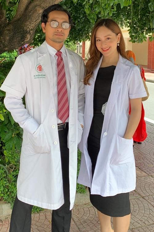 Lan Phương và Huỳnh Đông trong tạo hình bác sĩ.