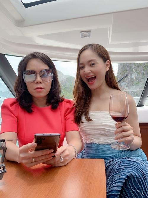 Lan Phương và Việt Hương từng gặp nhau vài lần ở các show truyền hình, nhưng đây là lần đầu họ đóng chung phim. Lan Phương cho biết cô trân quý tâm huyết, tài năng, sự mạnh mẽ và vẻ ngoài quyền lực của đàn chị. Cô cũng đánh giá cao sự đầu tư nghiêm túc của Việt Hương cùng êkípYêu lại từ đầu.