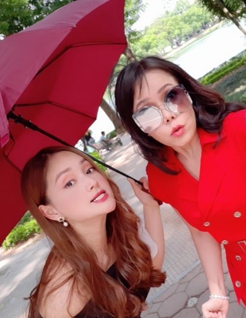 Trong phim có nhiều mâu thuẫn căng thẳng nhưng ở hậu trường, hai nữ diễn viên rất thân thiện và thường xuyên cười đùa, chụp hình hài hước.