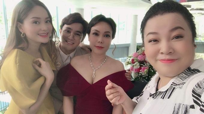 Lan Phương, Huỳnh Lập, Việt Hương và Lê Trang selfie trên trường quay.