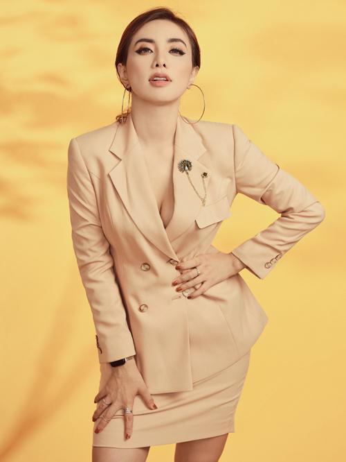 Miko Lan Trinh ra dáng nữ nhân viên công sở với vest màu kem. Sắp tới cô sẽ tung MV mới.