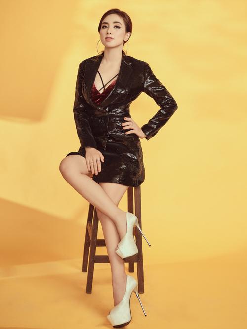 Nữ ca sĩ mặc các kiểu vest mở cúc hoặc xẻ sâu lộ nội y và vòng một gợi cảm.