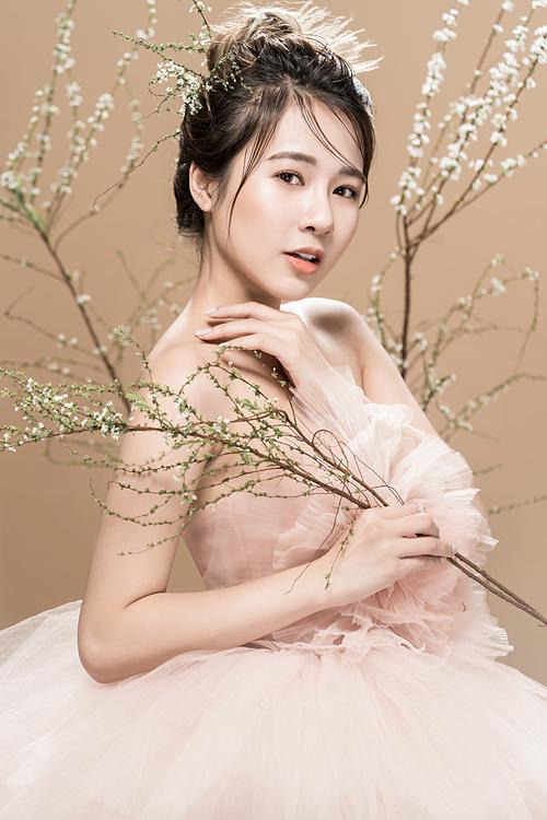 Vẫn là tông cam sáng nhưng với son môi matte (lì), cô dâu trông sẽ cá tính hơn.