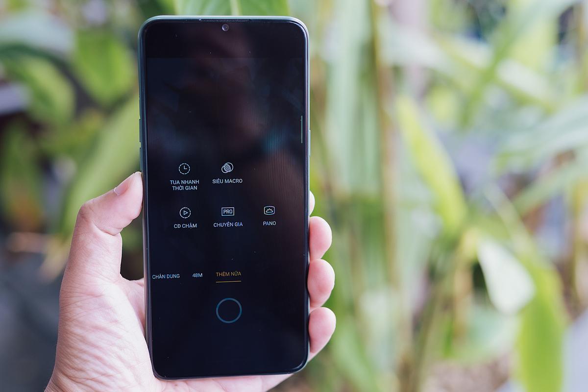 Bộ hình check-in thêm ấn tượng với góc ảnh cận cảnh: Trên Realme 6i cũng như nhiều mẫu smartphone cùng phân khúc khác đều có camera gócrộng và camera chính. Ở cụm 4 camera AI của Realmecòn có thêm camera macro 2MP cho phép các bạn trẻtạo nên những bức hình chụp siêu gần.Trong ứng dụng chụp ảnh, bạn tìm tới tab thêm nữa sẽ thấy chế độ Siêu Macro