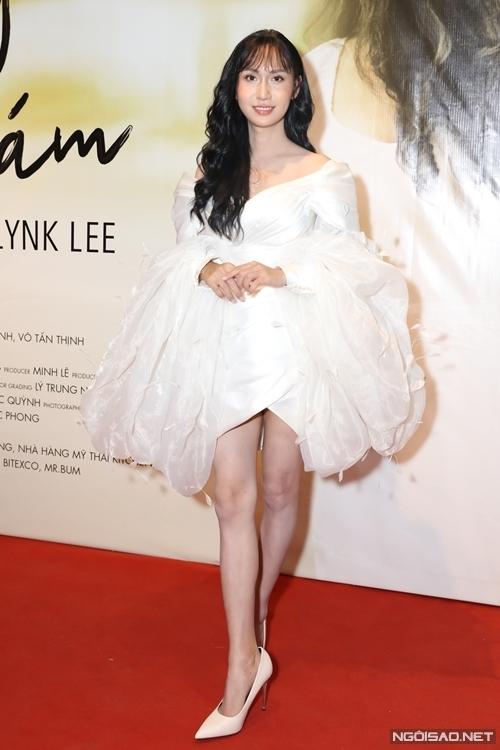 Chiều 24/6, Lynk Lee tổ chức họp báo giới thiệu MV Không dám tại TP HCM. Nữ ca sĩ xuất hiện với mái tóc dài và bộ váy trắng sexy.