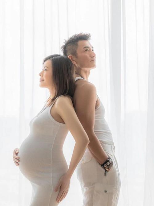 Nam diễn viên TVB Trần Sơn Thông hôm 22/6 khoe ảnh bên bà xã Apple và tiết lộ, gia đình anh sắp có thành viên mới. Kết hôn cuối năm ngoái, cặp sao có một cuộc sống hôn nhân bình dị, hạnh phúc. Sau nhiều cuộc tình không đến bờ bến, hiện Sơn Thông cho biết anh rất hạnh phúc.
