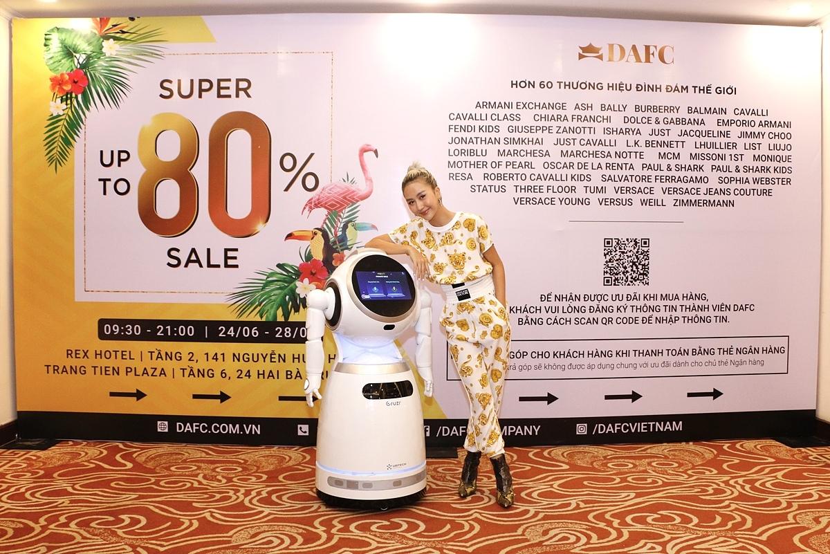 Quỳnh Anh Shyn hứng thú tương tác với chú robot thông minh.