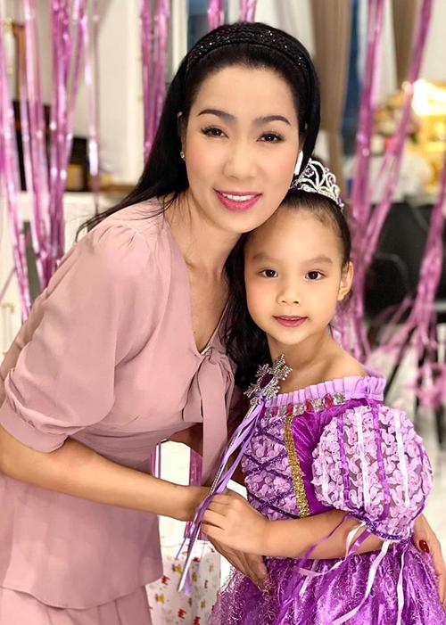 Trịnh Kim Chi kể, con gái cô mong ngóng, đếm từng ngày đợi tới sinh nhật từ cả tuần nay. Cô bé rất vui khi được mẹ tổ chức tiệc mừng tuổi mới tại nhà.