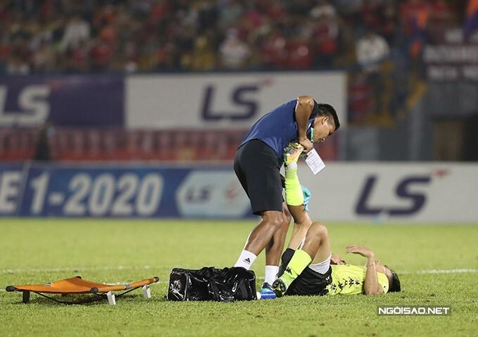 Phút 85 trận đấu giữa Bình Dương và Hà Nội ở vòng 6 V-League 2020, có tới ba cầu thủ bên phía Hà Nội phải nằm sân. Đây được cho là hành vi kéo dài thời gian của cầu thủ đội khách bởi họ đang dẫn với tỷ số 1-0.