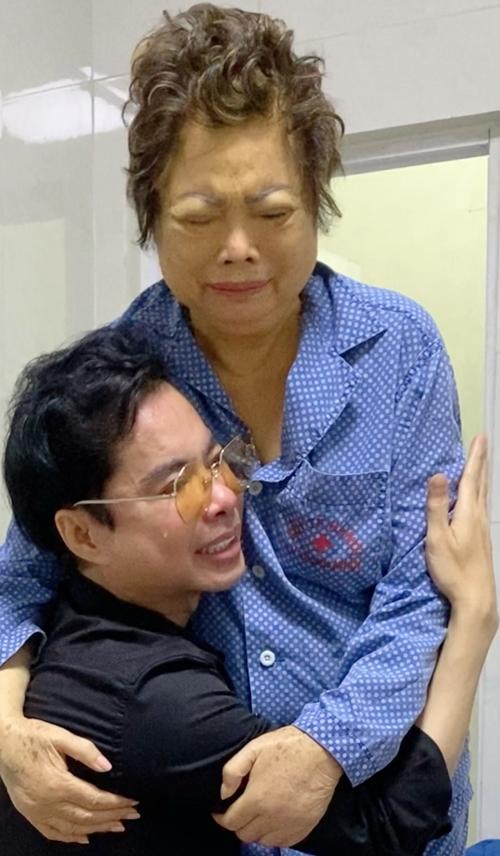 [Caption] Sau đó,cảgia đình đã dốc công sức chạy vạy ngược xuôitìm cách, cuối cùng Ngọc Sơn cũng có thể thu xếp lo cho mẹ về đến quê hương an toàn. Bà được cách ly và các bác sĩ tận tình chữa trị suốt14 ngày tạiTrung đoàn 58 (Quốc Oai – Hà Nội), tiếp đó bà trở về TPHCM để tiếp tục điều trị và theo dõi. Ngay khi nhìn thấy mẹ,anh ôm hôn và động viên mẹ để bà an tâm chữa bệnh.  Mẹ Ngọc Sơn– bà Kim Loanbày tỏ, khi về đến Việt Namvà gặp Ngọc Sơn các conbà cảm thấy khỏe và vui tươi hơn nhiều. Đặc biệt, với sự chăm sóc tận tâm của các bác sĩ nơi chôn rau cắt rốn khiến bà hạnh phúc và cảm động.Bà đã dần ăn uống được và có thể đứng dậy trò chuyện, cười đùa, thậm chí nhảy tại chỗ.
