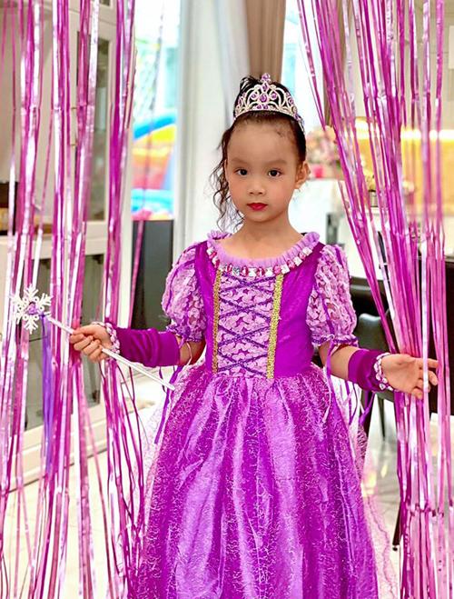 Con út của Trịnh Kim Chi tên Ánh Vy. Bé mặc đồ như công chúa trong ngày sinh nhật.