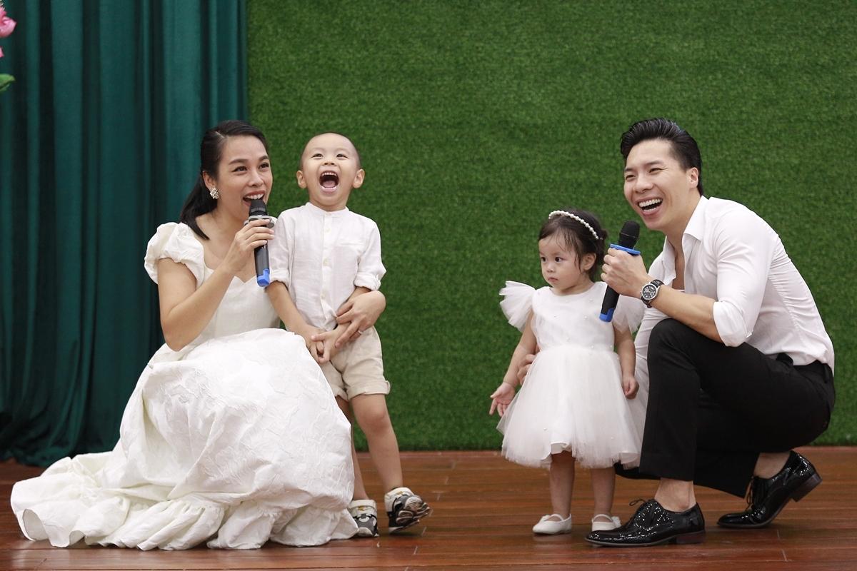 Gia đình Quốc Nghiệp - Ngọc Mai diện đồ trắng đồng điệu.