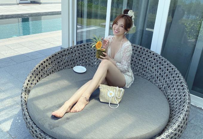 Hari Won sở hữu làn da trắng, đôi chân thon dài quyến rũ. Đây là dịp hiếm hoi cô mặc mát mẻ chụp ảnh.