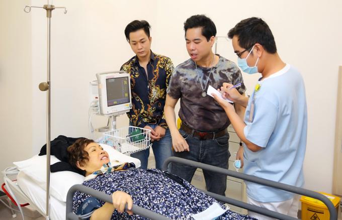 Mẹ Ngọc Sơn đang điều trị khối u cổ tại một bệnh viện uy tín ở TP HCM. Bà được theo dõi sức khỏe nghiêm ngặt hàng ngày. Danh ca cùng các anh em ruột và học trò thường xuyên túc trực, trò chuyện và chăm sóc mẹ.