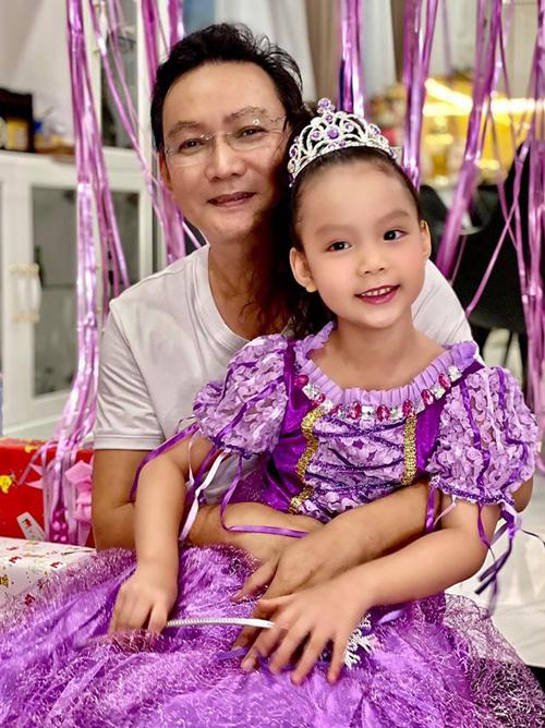 Chồng đại gia của Á hậu Việt Nam 1994 rất cưng chiều con gái.