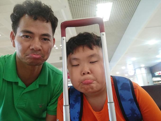 Bi thử làm mặt xấu trong lúc đợi bay cùng bố.