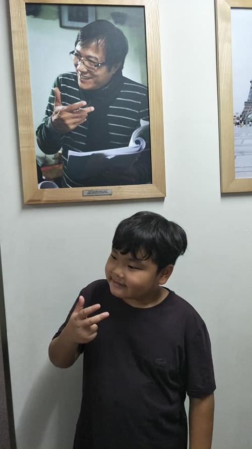 Trong lần khác khi tham quan đài truyền hình, Bi thử tạo dáng giống hệt nhân vật trong ảnh và thu được nhiều tràng cười từ các fan.