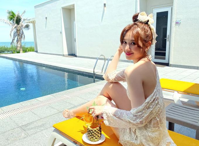 Resort vợ chồng cô ở đạt tiêu chuẩn 5 sao, có hồ bơi rộng và đầy đủ tiện nghi, tầm nhìn hướng ra biển.