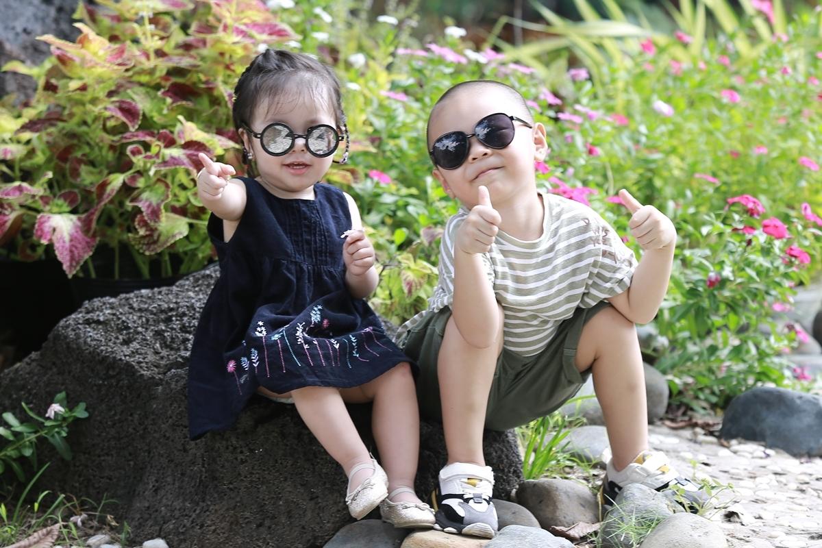 Hùng Tâm - Tâm An sát tuổi nên rất yêu thương nhau. Hai bé càng lớn càng ngoan ngoãn khiến bố mẹ hạnh phúc.