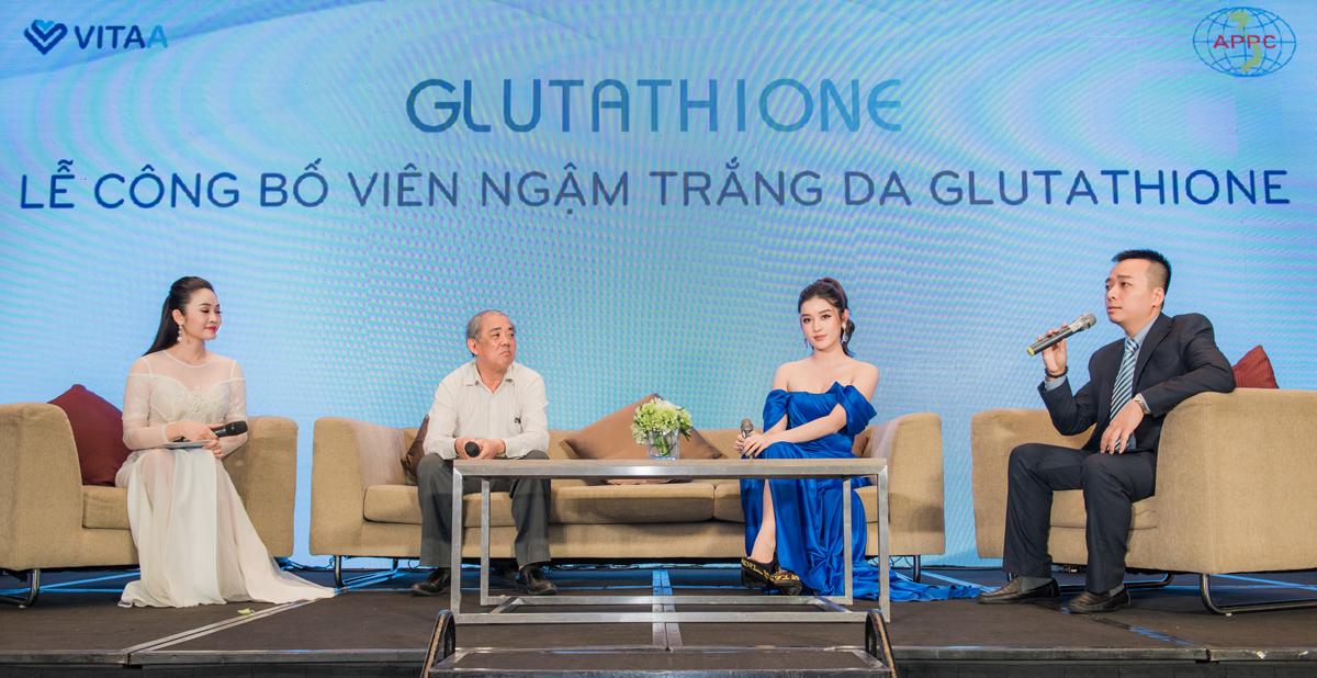 Á hậu Huyền My cùng bác sĩ Chuyên khoa II Nguyễn Thành - Nguyên Trưởng khoa Khám bệnh - Bệnh viện Da liễu TW (áo trắng) và đại diện Công ty CPTM VitaA.