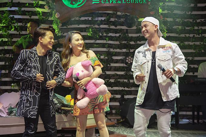 Diễn viên Bảo Thanh và Anh Vũ cũng có mặt để chúc mừng Quang Anh. Sau khi cùng đóng Về nhà đi con, họ trở thành anh chị em thân thiết. Bảo Thanh yêu mến sự dễ thương, lễ phép và trách nhiệm ở nam diễn viên.