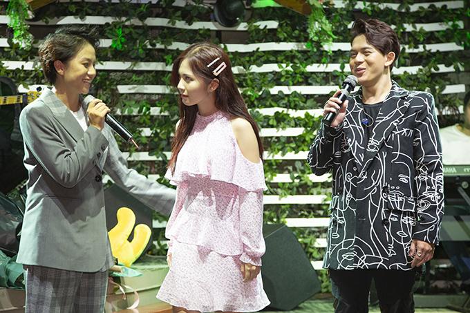 Chương trình còn có sự xuất hiện của Ngọc Huyền, diễn viên thủ vai Jun - bạn gái của Bảo trong phim Những ngày không quên. Ba bạn trẻ có màn tung hứng thú vị, gợi nhớ về tình yêu tay ba của họ trên phim.