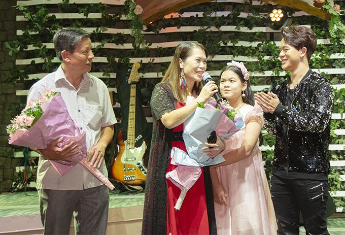 Bố mẹ và em gái cũng có mặt để ủng hộ Quang Anh. Cả bố lẫn mẹ của nam diễn viên đều là giảng viên của trường Văn hóa Nghệ thuật Quân đội.