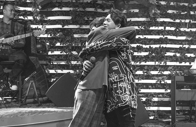 Bảo Hân và Quang Anh ôm nhau sau khi hòa giọng trong ca khúc I love you. Cử chỉ ngọt ngào của cả hai khiến người hâm mộ thích thú, hò hét không ngớt. Nhờ sự kết hợp ăn ý trong Về nhà đi con, Quang Anh và Bảo Hân được nhiều fan mong thành đôi. Tuy nhiên, cả hai khẳng định chỉ là bạn thân. Quang Anh còn cho biết, Bảo Hân ở ngoài đời cũng hay bắt nạt anh hệt như Ánh Dương trong phim.