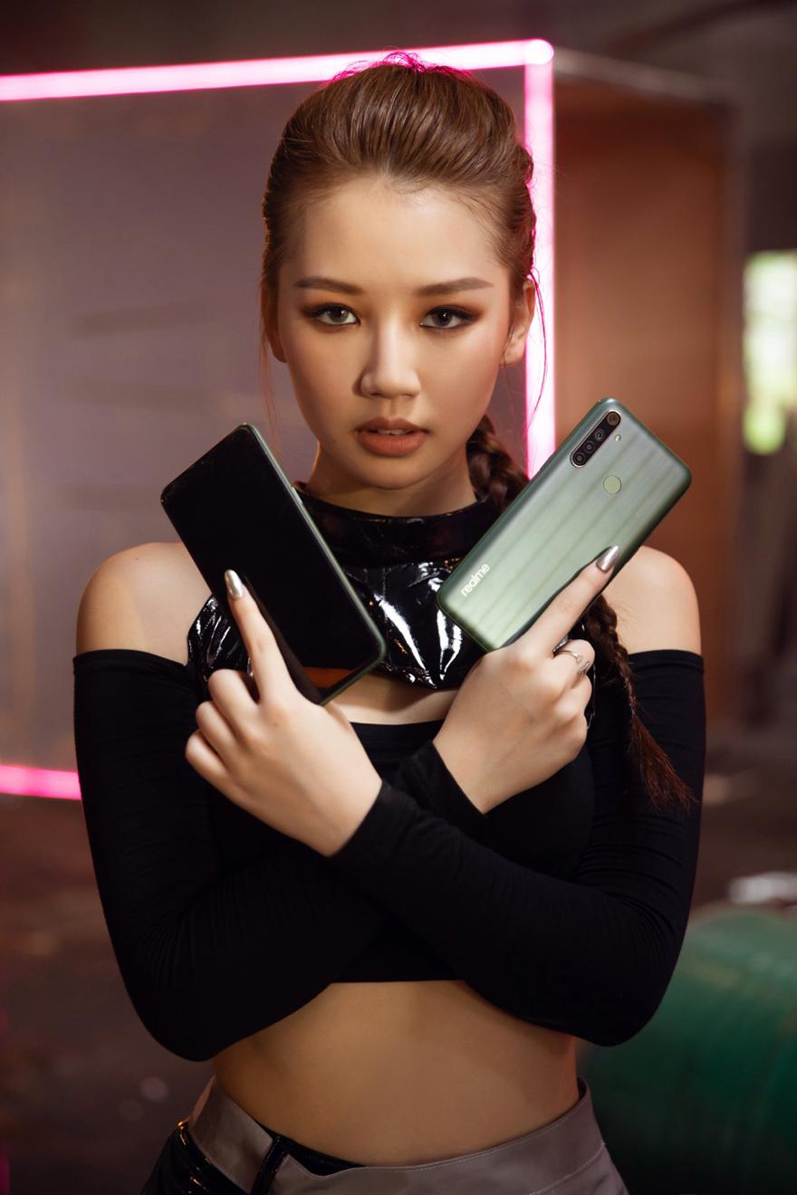 Đầu tiên, thủy thủ mặt trăng Amee biếnthành Lara Croft -nhân vật trong game Tomb Raider, với trang phục mạnh mẽ, gợi cảm và vũ khílà hai khẩu súng Realme 6i.