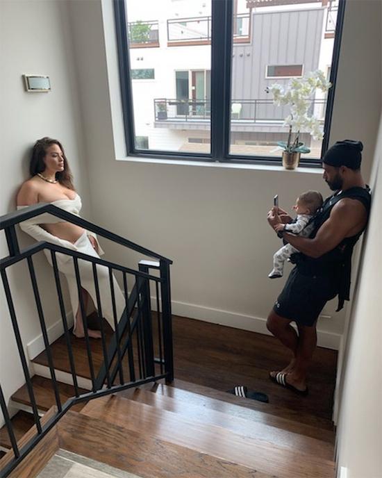 Ashley Graham chụp ảnh trực tuyến với sự trợ giúp của chồng.
